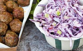 Kødboller med kanel og rødkålssalat Dejlig rødkålssalat med pærer og tyttebær, serveret med bagte kartofler og krydrede kødboller.