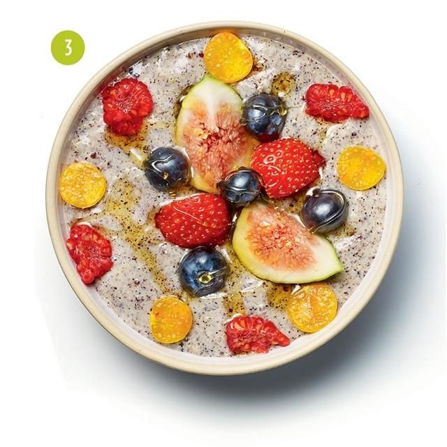 Quinoa to nietuzinkowe warzywo: jest cennym źródłem białka, przyrządza się ją jak kaszę, ale nie zawiera glutenu. By lepiej ją poznać, wypróbuj któryś z naszych 10 prostych przepisów na komosę.