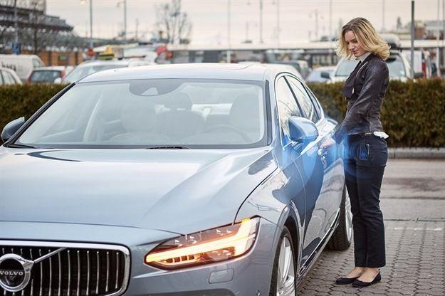 """W motoryzacji szykuje się prawdziwa rewolucja. Począwszy do przyszłego roku Volvo będzie pierwszym producentem na świecie, który przestanie wyposażać swoje samochody w kluczyki. Co je zastąpi? Szwedzi poinformowali właśnie, że od przyszłego roku nowe auta ze znaczkiem Volvo nie będą już uruchamiane kluczykiem. Producent chce całkowicie wyeliminować ten """"relikt"""" zastępując go specjalną aplikacją na smartfony."""