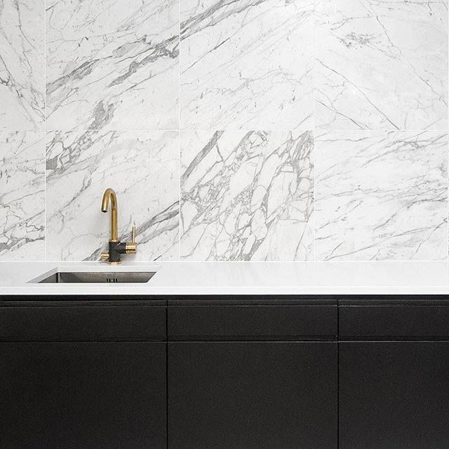 Kupari, marmori ja musta on täydellinen yhdistelmä! Seuraa meitä myös instagramissa @blauinterior Kuva: Tapwell