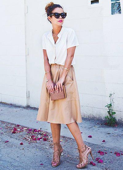 白の半袖ブラウス×ベージュミモレ丈スカートのコーディネート(レディース)海外スナップ | MILANDA