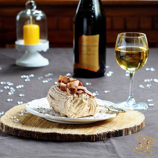 [Les recettes des #Loirelovers] Déjà cuisiné une bûche de #Noël ? Avec cette version pralinée, c'est l'occasion d'ouvrir un vin moelleux ou une fine bulle du Val de Loire : quarts-de-chaume – coteaux-du-layon – saumur-brut. #buchedenoel #coteauxdulayon #saumur #dessert #recette #bulles #gourmandise #praliné