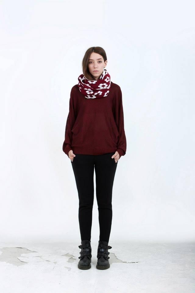 B a t - s i l k (burgundy sweater).  F l o o r (maxi-scarf) doble faz- B l a c k (knit trousers)
