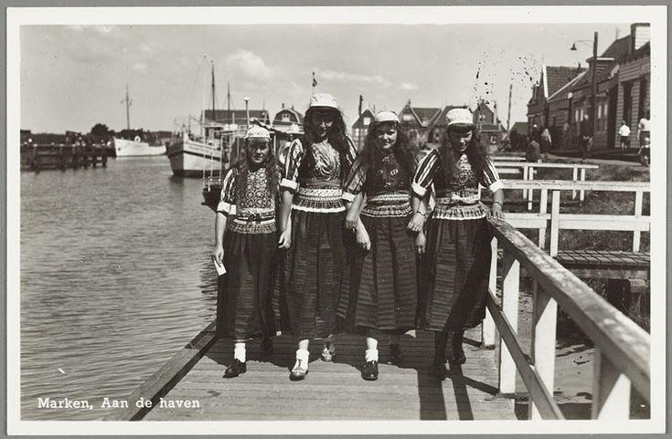 Vier Marker jongedames poseren in klederdracht op de haven. 1945-1960 #NoordHolland #Marken
