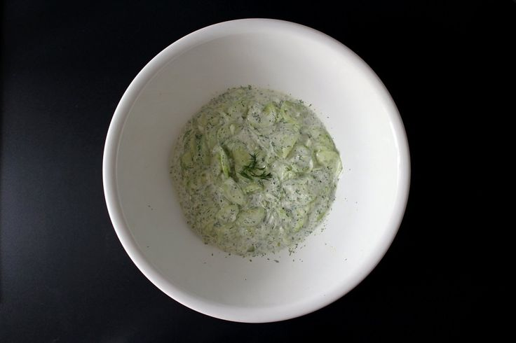 Klassisches Rezept: Gurkensalat mit Dill und Saurer Sahne - einfachund schnell gemacht