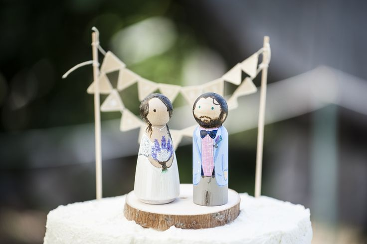 Sposini torta in legno, le due figure rappresentano i veri sposi.. geniale!