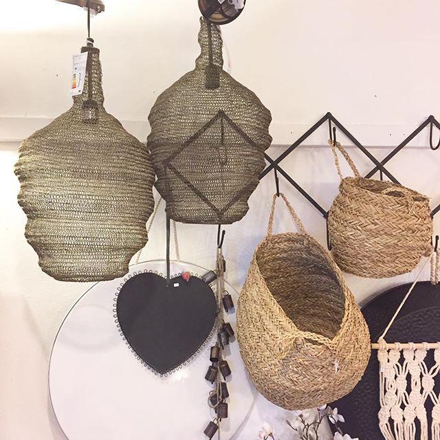 Deze prachtige hanglampen zijn nieuw in de winkel. Doordat het licht doorlaat krijg je een sfeervol effect. #viacannellacuijk #viacannella #woonwinkel #kookwinkel #interieur #interior #interieurstyling #hanglamp
