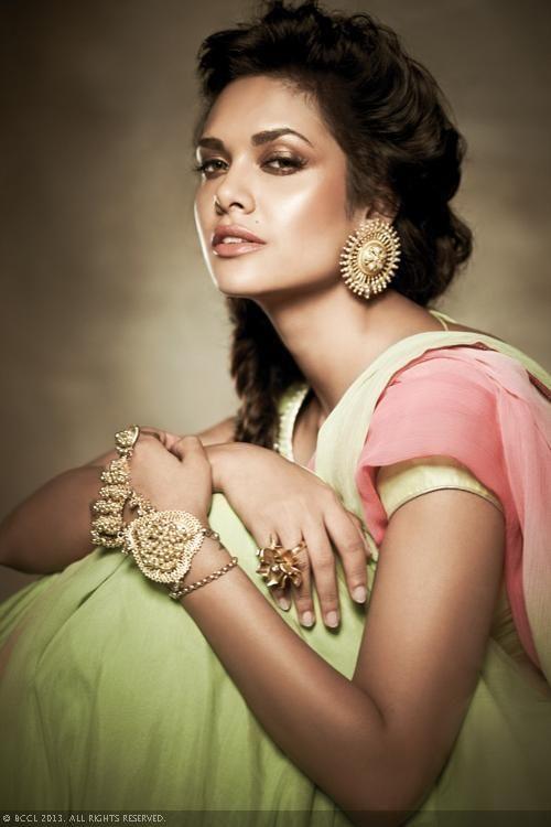 Esha Gupta looks stunning as she strikes a sexy pose. Source: www.gulte.com