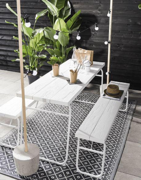 KARWEI | Zó gemaakt, superbasic en 200% sfeerverhogend: deze staanders maak je van vurenhouten palen die je in beton giet. Draai er schroefhaken in en ze zijn klaar om er een snoer lampjes of cotton ball-lights aan te hangen.