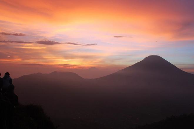 Covesia.com - Derap langkah ratusan pasang kaki wisatawan menyusuri jalan berbukit di pagi buta demi menjamah keindahan matahari terbit (sunrise) di Bukit...