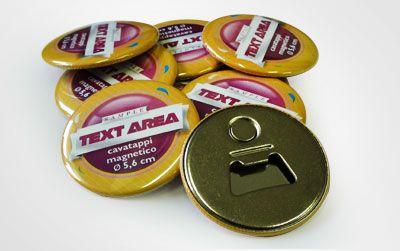 Un simpatico gadget che coniuga il magnete personalizzato con un utile apribottiglie del diametro di 5,6 cm.   Un gadget utile e divertente per la stagione estiva.
