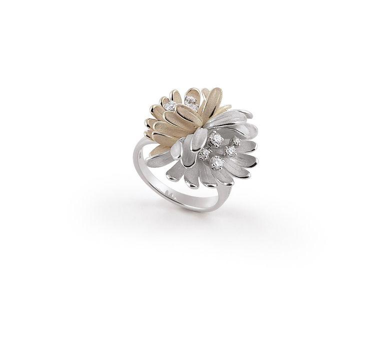 Begonia Collection white and beige Gold flower ring with diamonds inspired nature // anillo flor de oro blanco y beige con diamantes inspirado en la naturaleza www.art-jeweller.com