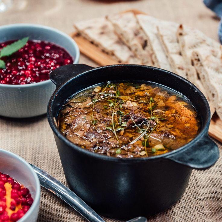 Suvi Teräsniskan päivänä Vain elämää -ohjelmassa syödään perinteistä hirvikäristystä perunamuusin ja puolukkasurvoksen kanssa.