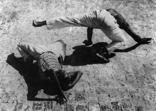 CAPOEIRA ANGOLA  O nome ligado a este estilo é Mestre Pastinha que, em 1941, criou o  'Centro Esportivo de Capoeira Angola'. Esse estilo procura manter as tradições e os rituais da arte. A luta é mais lenta, e os movimentos geralmente são realizados junto ao chão. É considerado muito mais uma dança do que uma luta.