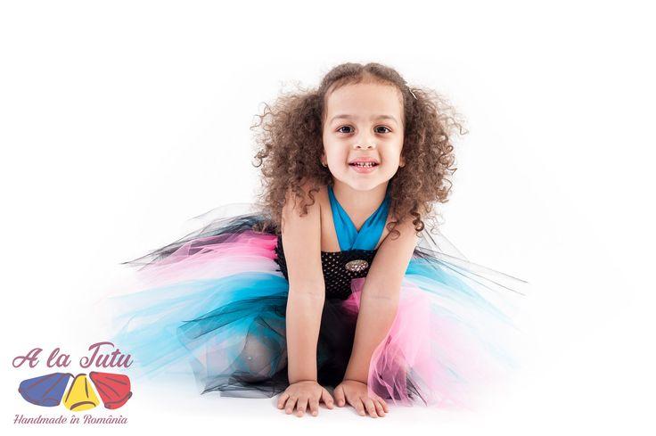 Rochita copii tutu Alessia poate fi purtata cu orice ocazie, la o petrecere de copii, la o serbare, carnaval sau la gradinita. Datorita mixului original de culori turquoise, roz aprins, alb si negru, rochita tutu Alessia reda minunat imaginea veseliei si a copilariei.
