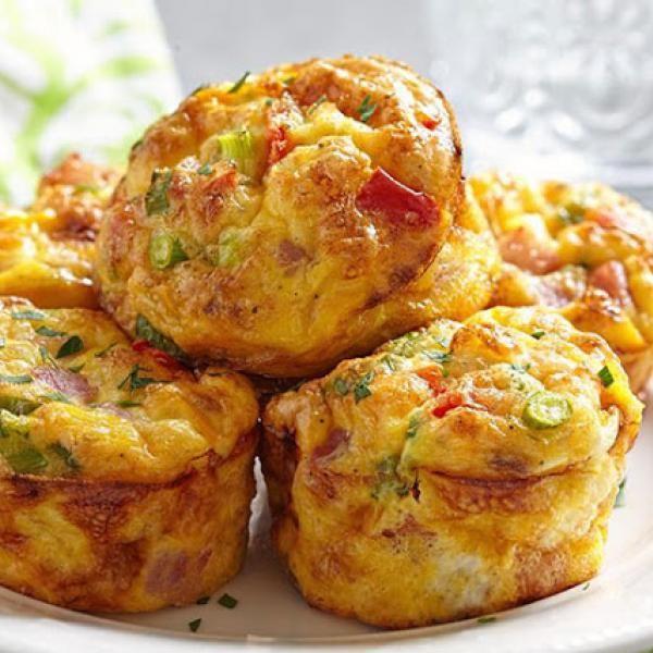 Receita de Muffin de Vegetais - 1 xícara (chá) de abobrinha ralada (retire o excesso de água com um papel toalha) , 1/3 xícara (chá) de cenoura ralada , 1/2...