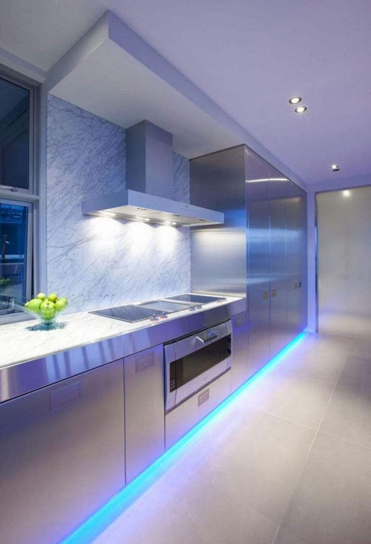 Spot encastrés dans le plafond mais aussi des réglettes led sous les placards de cuisine créant