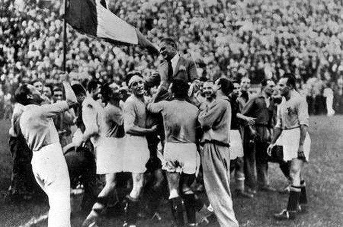I giocatori italiani portano in trionfo Vittorio Pozzo dopo la vittoria del titolo mondiale, il primo nella storia della nazionale azzurra.