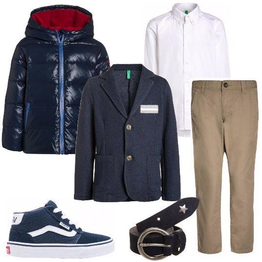 Pantalone classico dritto, camicia bianca classica, giacca in tessuto con bottoni e tasche laterali, piumino con cappuccio e cerniera frontale, sneakers alta con lacci, cintura blu con fibbia in metallo.