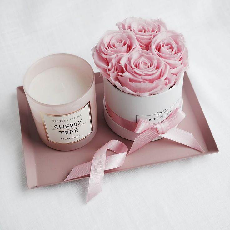 Ein kleines Arrangement um Engagement zu wecken. Die kleine Flowerbox mit konservierten Rosen in Bridal Pink lässt sich gut auf einem Tablett kombinieren.