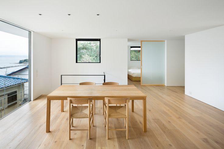 Drewniana jadalnia, drewniane panele podłogowe, jasne drewno, minimalizm. Zobacz więcej na: https://www.homify.pl/katalogi-inspiracji/15245/trendy-drewno-w-roli-glownej