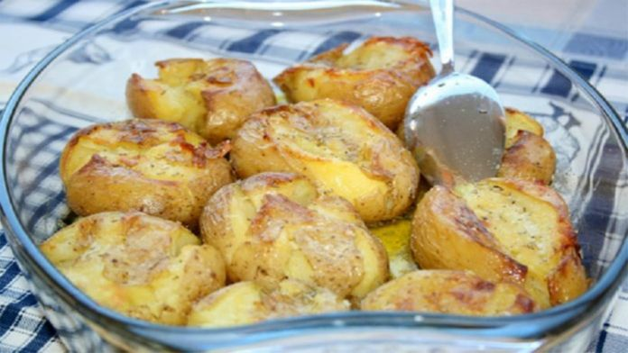 Portugalské pečené brambory s česnekem a olivovým olejem! Hotovo máte za 20 minut!