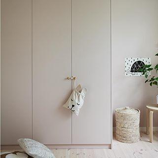 Så! Nu finns det ett inlägg om hur vi målade garderoberna från Ikea. Ändå ganska enkelt att addera lite lyx ✌Knopparna är från Byggfabriken och färg från @nordsjosverige Färgkod D8.05.78. Länk till bloggen finns i min profil. #barnrum #barnerom #kidsroom #garderober #ikea #abcfarg #nordsjö