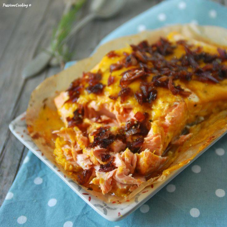 Salmone con salsa al mango e cipolle caramellate  http://blog.giallozafferano.it/passionecooking/filetto-di-salmone-al-cartoccio-con-salsa-al-mango/