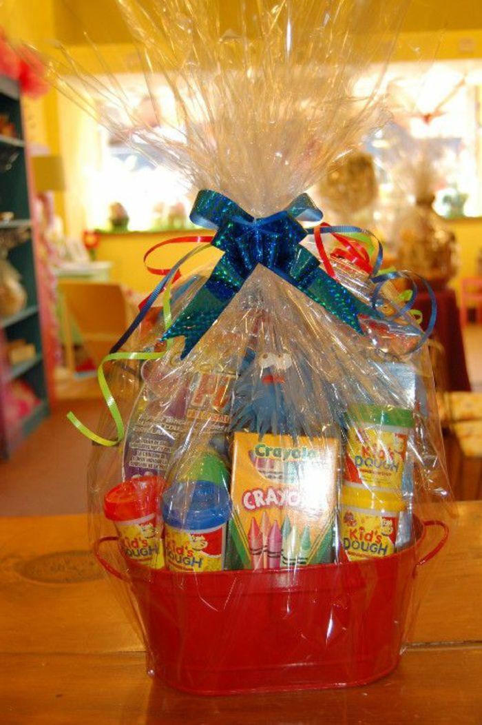 Präsentkorb selber machen zum Geburtstag eines Kindes Buntstiften und kleine Spielzeuge