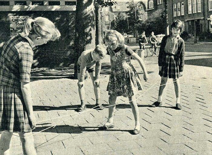 Elastieken. op het speelplein. Chinese jump rope.                                                                                                                                                     More