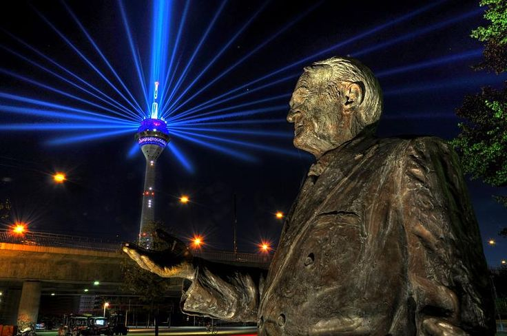 In Uwe Edens Version hält Landesvater Johannes Rau den Rheinturm, aus dem die Lichtstrahlen schießen, in der Hand. Eine originelle Idee, wie die Jury fand.