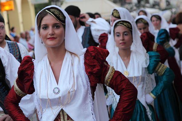 Λευκαδίτισσες με τις τοπικές ενδυμασίες στη παρέλαση κατά τις γιορτές Λόγου και Τέχνης.