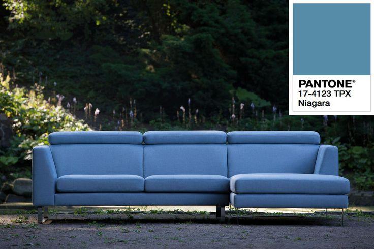 Sofa Sits w kolorze Niagara Pantone.