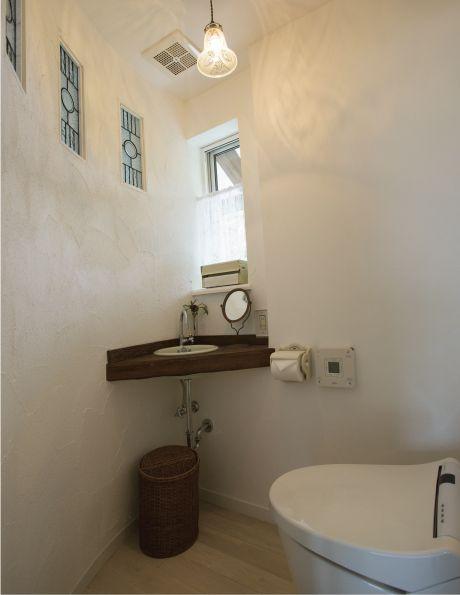 半円形のトイレ。入隅の木製手洗いがアクセントです。|インテリア|おしゃれ|かわいい|トイレ|
