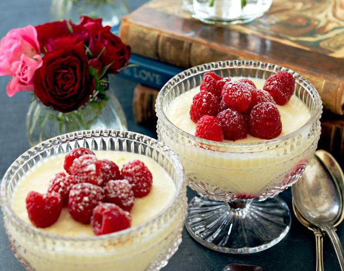 Frisk og lettlagd sitronfromasj med yoghurt og bringebær - Tara