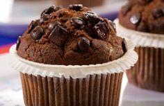 Muffin al doppio cioccolato col Bimby. Ingredienti: 1 uovo, 175 di zucchero, 250 di farina, 2 cucchiaini di lievito, 1/2 cucchiaio di bicarbonato di sodio, 2 cucchiai di cacao amaro