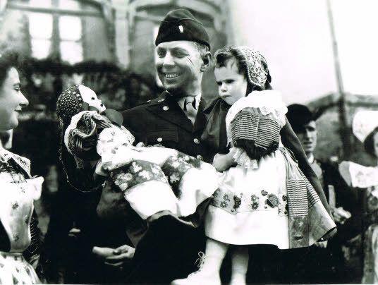 En 1944, Marie-Anne Le Minor fait remettre un bébé en costume bigouden à un...