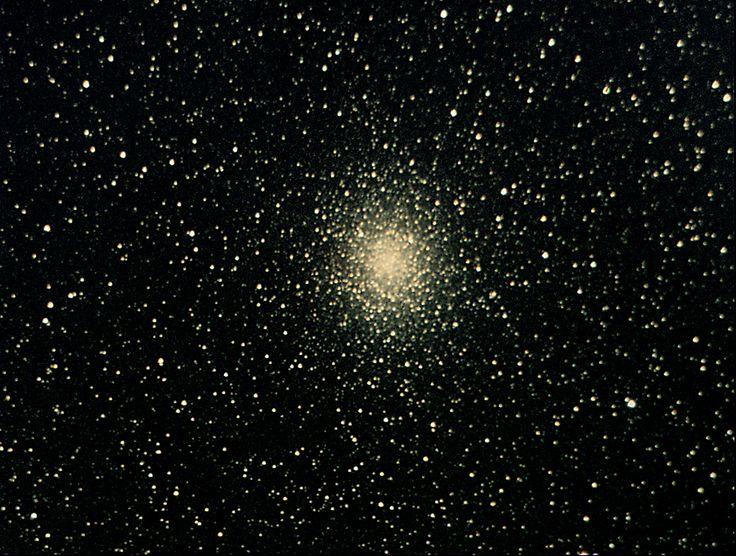 Cúmulo M19 (Messier 19 o NGC 6273). Es un cúmulo globular ubicado en la constelación de Ophiuchus. Se aprecia de color amarillento debido a la gran cantidad de estrellas gigantes rojas (de color amarillento o dorado) que contiene. M19 es el más ovalado de los cúmulos globulares.