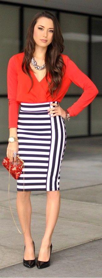Look de moda: Blusa de Manga Larga Roja, Falda Lápiz de Rayas Horizontales Blanca y Azul Marino, Zapatos de Tacón de Cuero Negros, Cartera Sobre de Lentejuelas Roja
