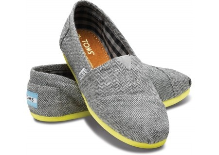 Arg! Silly husband just made me pick whether I wanted a surprise or my tattoo for Christmas--then when I picked tattoo, he showed me this. Why does he have to be so good at picking presents?? Especially ones I will never get? Lol.: Herringbone Women S, Fashion, Pop Herringbone, Style, Tom Shoes, Yellow Pop, Women S Classics, Herringbone Classics, Toms Shoes