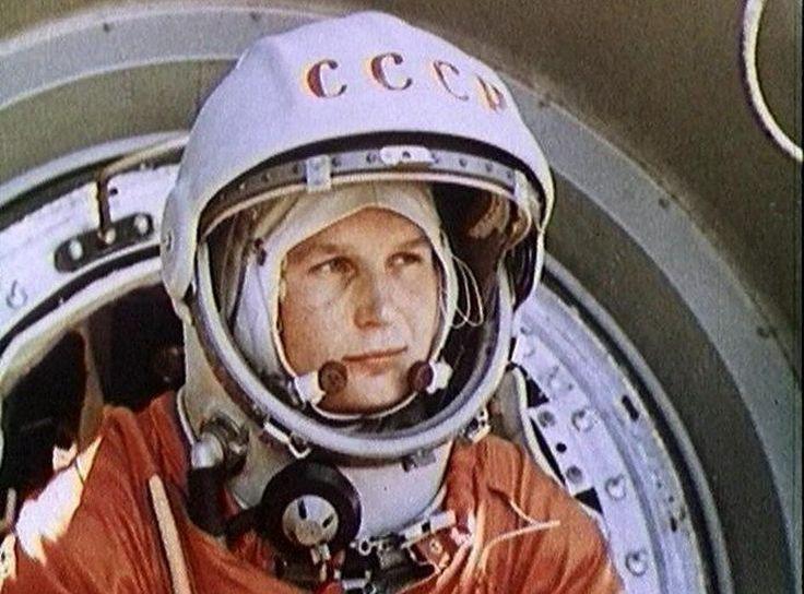 Junto a los nombres de Yuri Gagarin y Neil Armstrong, ampliamente conocidos por ser los primeros en estar en órbita de la Tierra y en pisar la Luna respectivamente, no podemos olvidarnos de Valentina Tereshkova, la primera mujer en el espacio y una de las figuras más importantes de Rusia y la extinta Unión Soviética. #astronomia #ciencia
