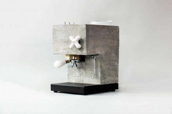 Ein Kickstarterprojekt aus Amerika ist derzeit in aller Munde. Die Kaffemaschine AnZa ist nämlich nicht klassisch, sondern besteht ausBeton, Porzellan und Quarz statt Edelstahl. Auf jeden Fall eine super Idee!