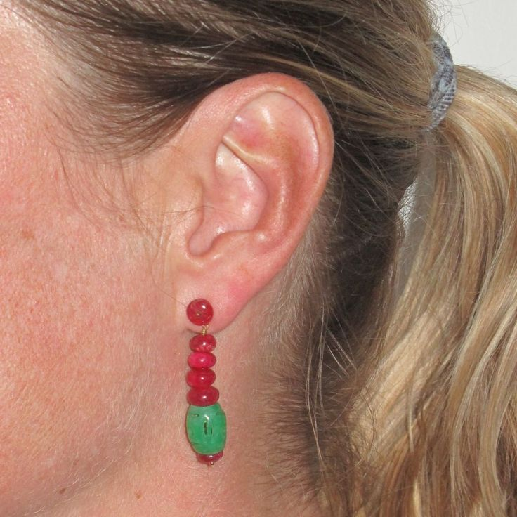 Boucles d'oreilles jade et rubis.  La modernité du jade s'allie à merveille avec la profondeur des rubis, des boucles d'oreilles rubis jade superbe dans l'esprit des bijoux art déco. http://www.bijouxbaume.com/boucles-oreilles-jade-et-rubis.htm