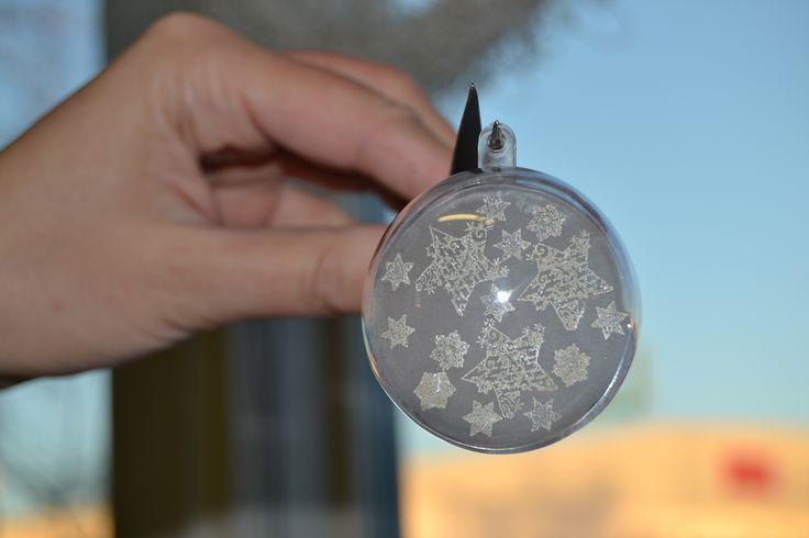 Kutistemuoville leimattu tähtikuvioita ja muovi laitettu akryylipallon sisälle. Helppotekoinen ja kaunis joulukoriste. Ohjevideo Kirjokkaan Fb-sivulla!