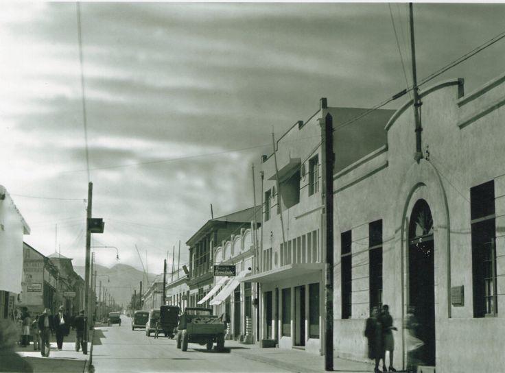 Calle Atacama, mirando hacia la cordillera. A la derecha en la esquina con calle Maipú, aparece el ex-Liceo de Niñas Mercedes Fritis M.