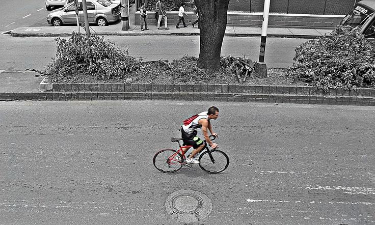 Hoy en el día sin carro algunas personas optan por transportase en bicicleta.  Envigado - Sector El Portal.  Hora: 11:45 am