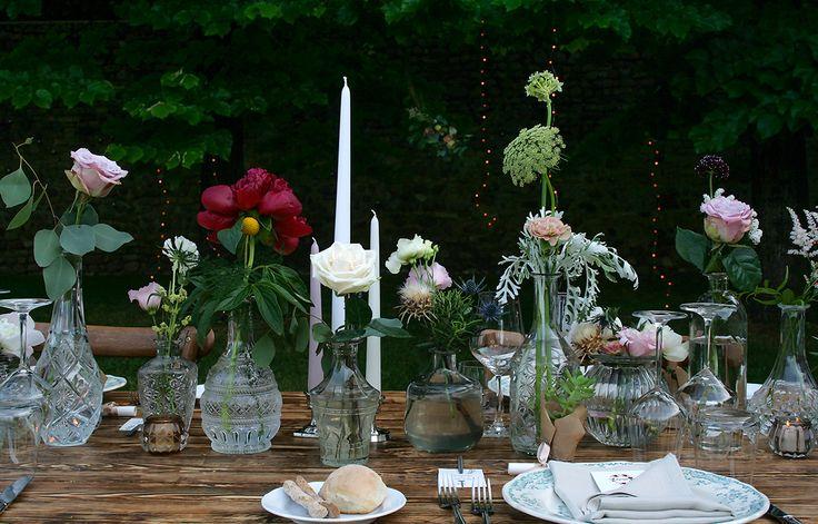 Raffinata mise en place nel giardino dei chiostri, tra fini decorazioni e fiori sbocciati. @lafiorellaia