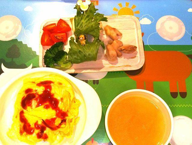 「クッキングアフロパパの簡単幼児食」 晩ごはん編! ・ ①オムライス ②オニオンスープ ③鶏肉の塩焼き、レタスとチーズとハムの巻き巻きサラダ、トマト、ブロッコリー。 ・ #ファイト中田 #料理 #家庭料理 #幼児食 #簡単 #レシピ #パパ #親バカ部 #息子 #男の子 #子供 #2歳児 #可愛い#おうちごはん #晩ごはん #夜ごはん #夕飯 #ご飯 #クッキングラム #卵 #オムライス #肉 #鶏肉 #スープ #玉ねぎ #レタス #チーズ #トマト #ブロッコリー