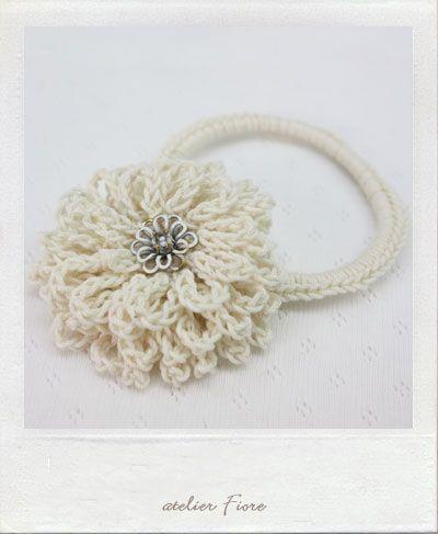 白い花のヘアゴムの作り方 編み物 編み物・手芸・ソーイング ハンドメイド・手芸レシピならアトリエ