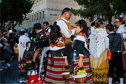 Feria de Albacete - Personas con el traje típico manchego en la Cabalgata de la Feria de Albacete.